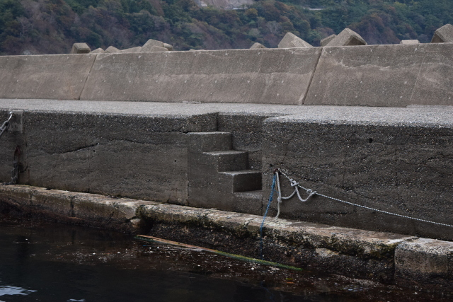 神子漁港突堤内側の階段写真
