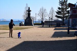 なぎさ公園であそぶ親子