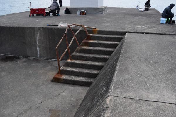 音海大波止先端の階段