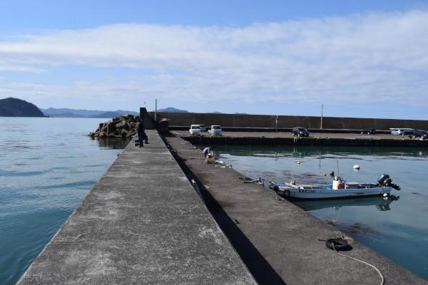 菅浜漁港堤防外側