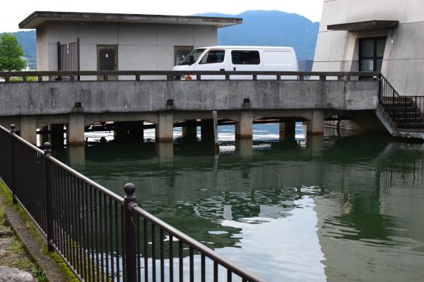 琵琶湖文化館の橋げた
