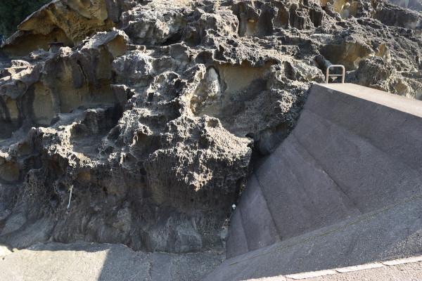 木本港の堤防の登り口