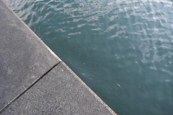 外城田川側の側面