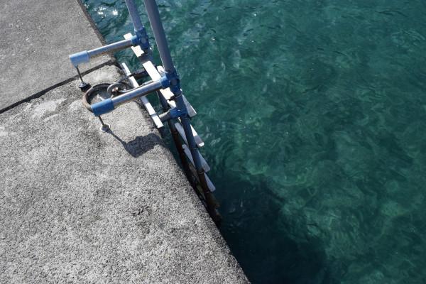 新鹿漁港内側の堤防はしご