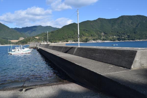新鹿漁港外側の堤防