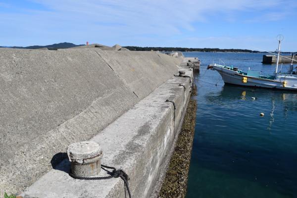 御座漁港の足場が狭くなるところ