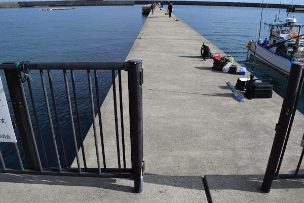 波切漁港内側の堤防