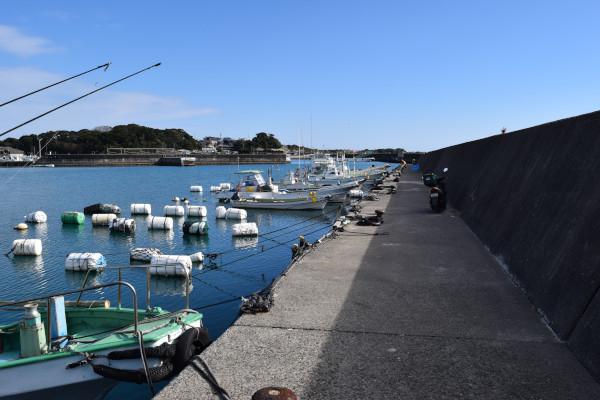 和具漁港駐車スペース前の堤防