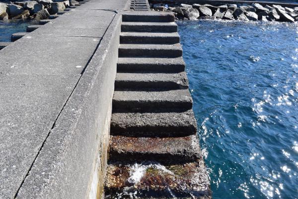 太地くじら浜公園堤防の階段