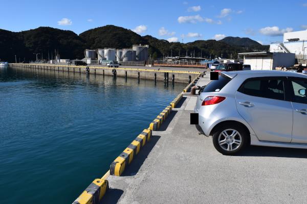 宇久井漁港車横付け