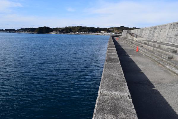 芳養漁港の堤防