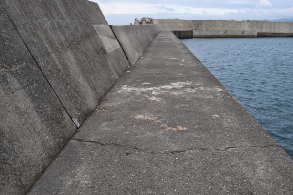 加尾漁港外側の堤防