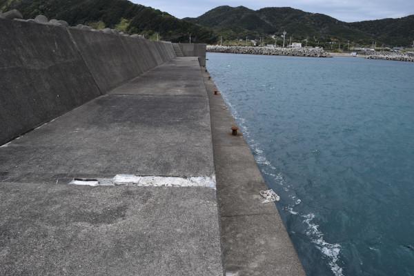 三尾漁港外側の堤防