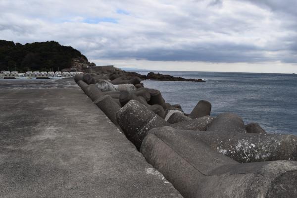 三尾漁港外側の堤防の消波ブロック