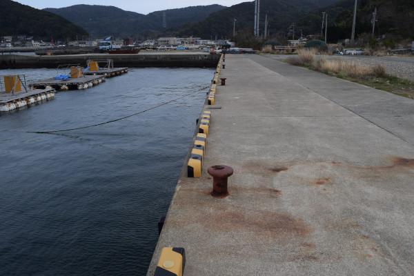 衣奈漁港の内側