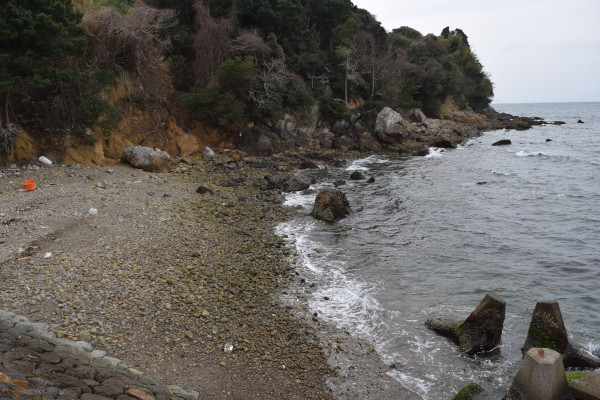 三尾川漁港の砂浜
