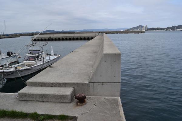 塩津漁港内側の堤防