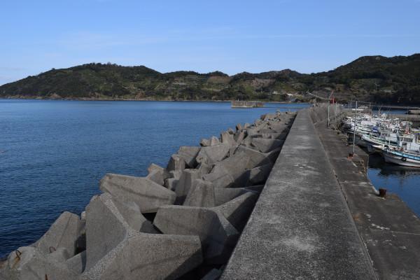 栖原漁港の外側の堤防