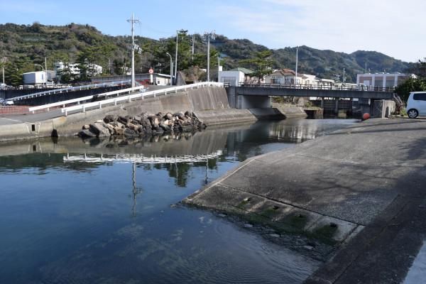 田村漁港に流れ込む川